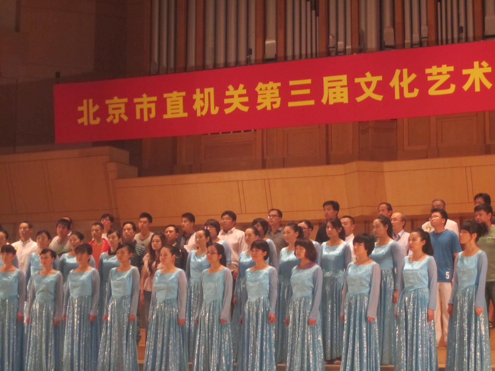 庆祝十八大合唱歌曲和服装推荐